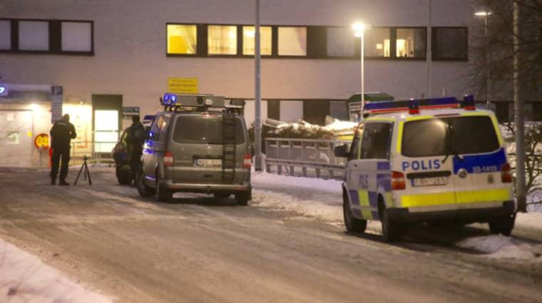 Mannen föll ihop blödande och avled sen av sina skador. Foto: Janne Åkesson/Swepix
