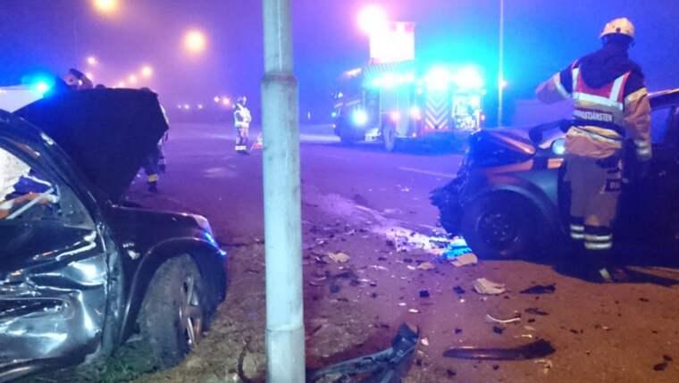 Bilarna blev kraftigt demolerade men ingen verkar ha skadats i olyckan i Malmö. Polisen söker nu med hund efter en av de inblandade. Foto: Mikael Nilsson