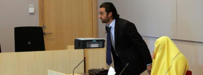 Advokat Sargon de Basso med misstänkta 18-åringen i rätten. Foto: Torbjörn Selander