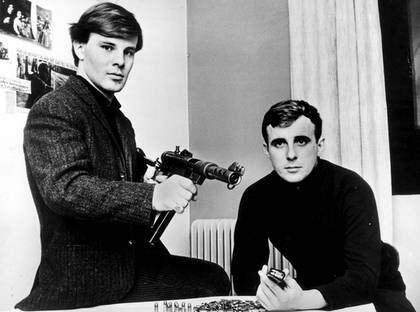 BÄSTA VÄNNER. Jan Guillou och Arne Lemberg jobbade tillsammans på tidningen Fib-Aktuellt. Här är en bild från 1967, då de avslöjade hur lätt det var att köpa vapen. Bara två månader efter att bilden togs anmälde Arne Lemberg sin vän Jan Guillou för misstänkte till Säpo. Foto: Kjell Johansson
