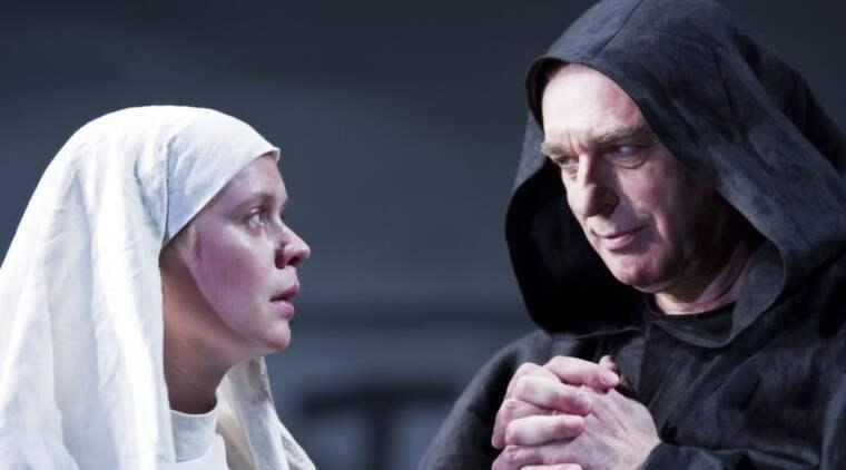STARKA KARAKTÄRER. Den fromma nunnenovisen Isabella (Caroline Söderström) och den inte lika fromme munken (Örjan Ramberg) - som egentligen är en utklädd furste. Foto: Ola Kjelbye