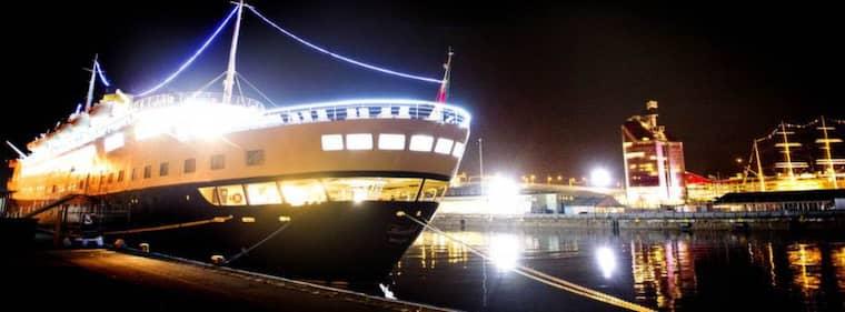 LIGGER KVAR. Kryssningsfartyget M/S Funchal stoppades på tisdagskvällen från att lämna Göteborgs hamn. På onsdagen ligger det fortfarande kvar. Foto: Robin Aron