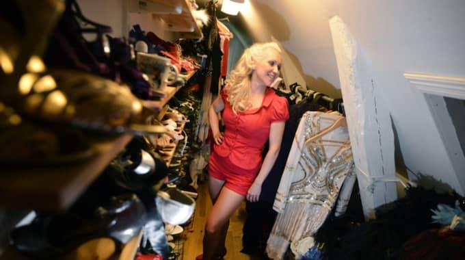 Kreativs kaos i en av Gunhilds välfyllda garderober. Foto: Christer Wahlgren