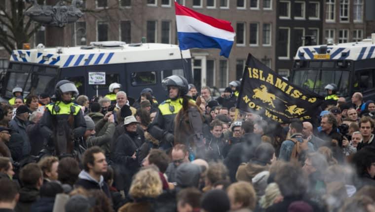 Polisen i 13 städer förberedde sig under lördagen på sammandrabbningar då motdemonstranter väntades dyka upp på i stort sett samtliga platser där Pegida under lördagen skulle demonstrera. Städerna var bland andra Dresden, Köpenhamn och Amsterdam (bilden). Foto: Peter Dejong/AP