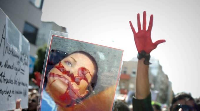 Demonstranter med bilden av Neda, sommaren 2009 Foto: Till Budde