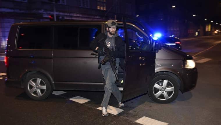 Ska stoppa terrorn. Två poliser skottskadades och en 55-årig man dog när en terrorist attackerade en debatt med Lars Vilks i Köpenhamn i februari förra året. Bilden är från terroristjakten vid det tillfället. Nu berättar säpochefen Anders Thornberg att Säkerhetspolisen i de nordiska länderna aldrig tidigare bytt så mycket känslig operativ information som just nu. Foto: SVEN LINDWALL