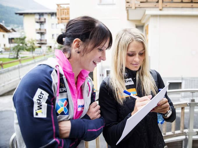Marit Björgen och Therese Johaug skriver frågor... Foto: Nils Petter Nilsson