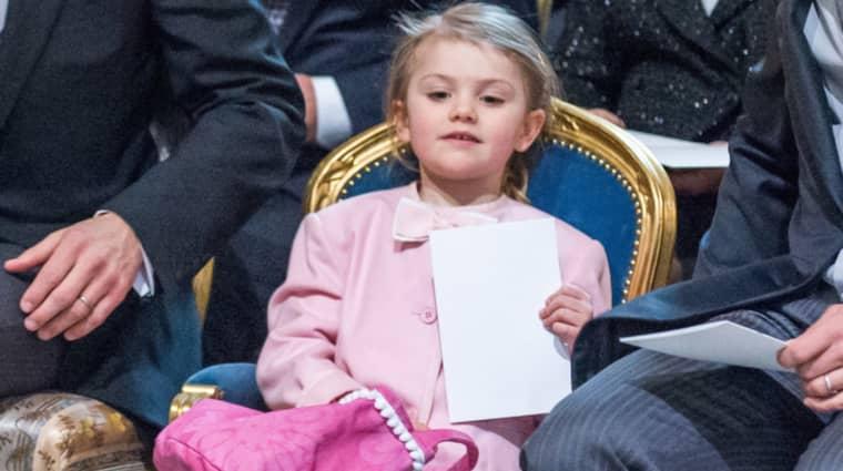 Med moster Madeleines gamla jacka och en rosa väska full med hemliga saker gjorde prinsessan Estelle succé. Foto: Pelle T Nilsson