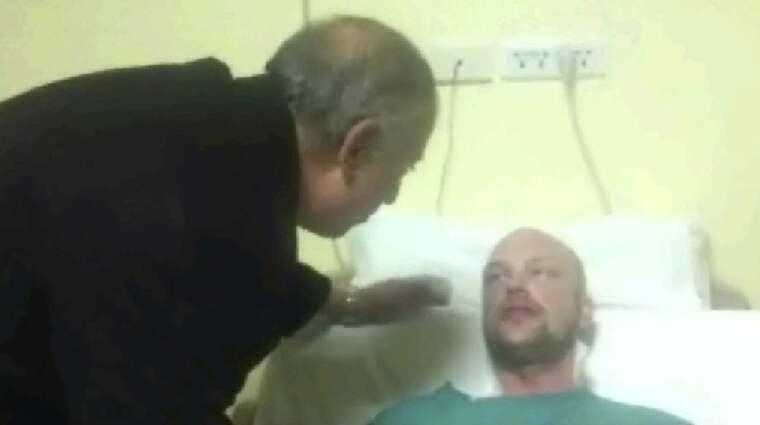 Guvernör Ahmed Abdullah besöker skadade Sammie Olovsson på sjukhuset. Foto: AP