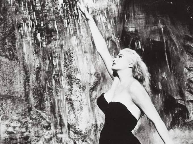 "Anita Ekberg vid Fontana di Trevi, som Sylvia i Fellinis ""Det ljuva livet"". Foto: Riama Film"