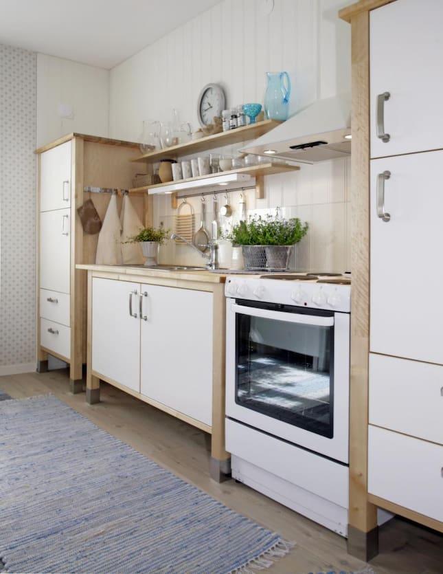 Renovera Kok Gammal Stil : Ett luftigt kok i lantlig stil med loga skop, oppna hyllplan, nytt