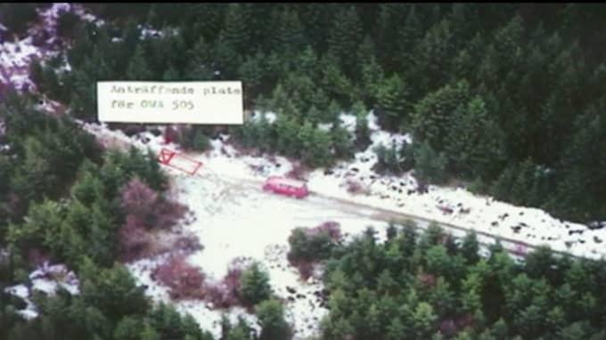 På den det här flygfotot kan man se var rånarna övergav rånarbilen, en vit BMW. Foto: Efterlyst/TV3