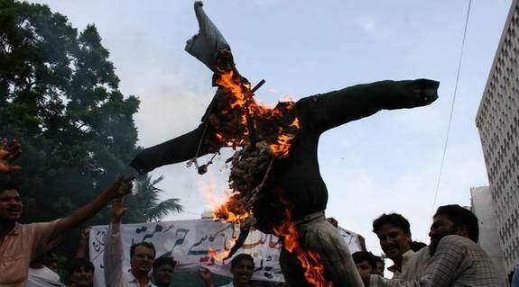 I Pakistan utbröt på fredagen demonstrationer mot Sverige, mot Nerikes Allehandas publicering av teckningen av profeten Muhammed som rondellhund och mot konstnären Lars Vilks. Foto: AP