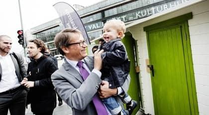 Göran Hägglund leker med Erik Wramner vid KD:s valstuga på Sergels torg i Stockholm. Foto: Magnus Jönsson