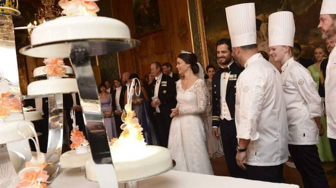 Prinsen skar upp den futuristiska tårtan med ett svärd. Foto: Jonas Ekstromer