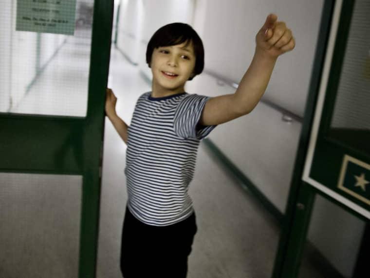 Längtar efter mamma. Tioåriga Nabil kommer från Syrien och när Expressen möter honom åker han omkring på rullskridskor och tolkar från syriska till svenska. Han berättar att han bara vill ha sin mamma. Foto: Lisa Mattisson