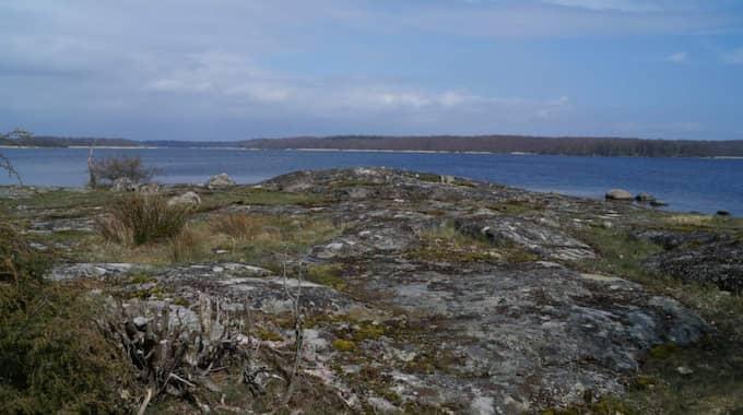 Här låg postering nummer 12 på Almö där de värnpliktiga soldaterna med skarpladdade vapen låg och väntade på grodmännen.