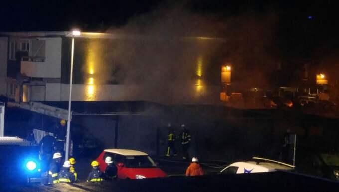 Branden startade i en carportlänga i Upplands Väsby Foto: Niklas Malmstedt