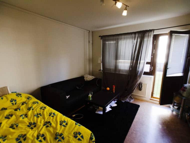 Expressen inne i en av de enkelt möblerade lägenheterna där ensamkommande flyktingbarn får bo. Foto: Tomas Ohlsson