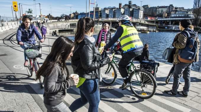 Cyklister och fotgängare trängs tillsammans på vägarna i Stockholms innerstad. Foto: Tomas Oneborg / Svd / Tt