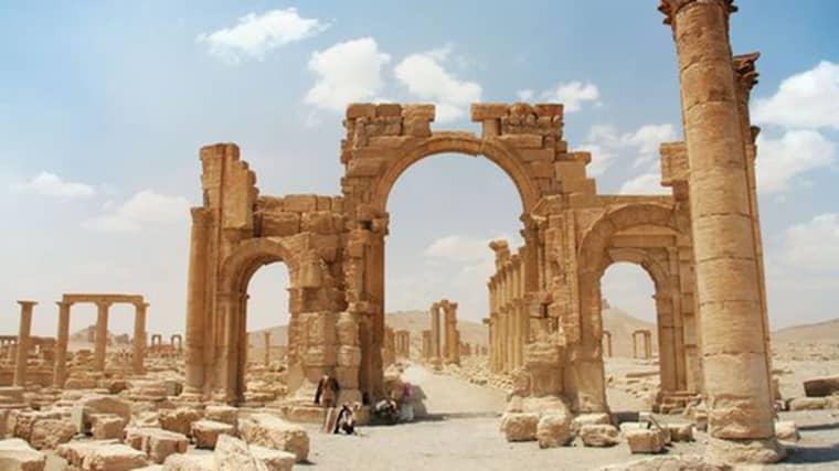 """FÖRE: Triumfbågen är ett av Palmyras mest kända landmärken. I cirka 2 000 år har monumentet utgjort """"Stadens portar"""", från antiken till 2015."""