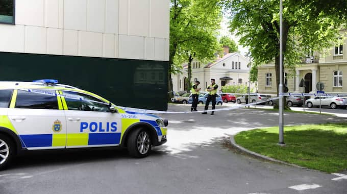 Det är mycket poliser på plats i Skövde inför häktningsförhandlingen. Foto: Anna Svanberg