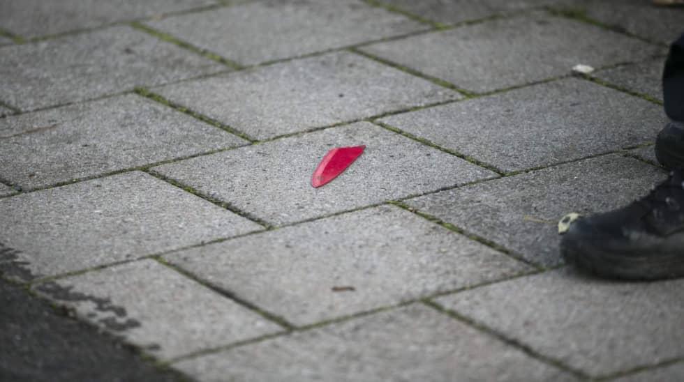 Ett knivblad hittades på marken, strax utanför Folkets park, och fick polisen att utöka avspärrningarna. Foto: Ulf Ryd