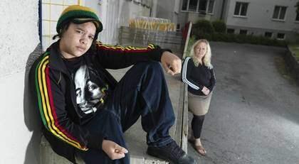 """Gustav, 14, har inte råd att köpa de kläder han helst vill ha. """"När han inte får egna så snor han mina. Den där jackan köpte jag till en reggaefestival en gång i tiden"""", säger mamma Marie. Foto: Jörgen Hildebrandt"""