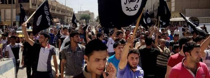 Enligt nya direktiv ska polisanmälningar upprättas mot personer som påträffas med IS-flaggor som den här på bilden.