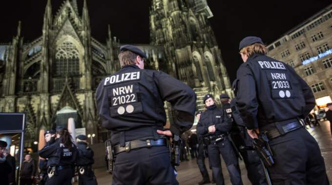 VäNDER RYGGEN. Varför bagatelliserade först polisen övergreppen mot kvinnorna i Köln på nyårsnatten? Foto: Maja Hitij / Epa / TT