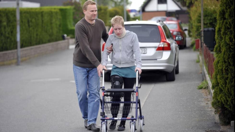 Emma har fått kämpa hårt för att komma tillbaka. Här är hon med sin pappa i oktober 2010. Foto: Lasse Svensson