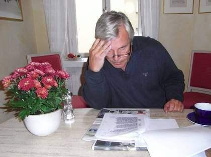 FICK SE DOKUMENTEN. I går förmiddag fick Jan Guillou för första gången läsa Säpos handlingar om honom. Han satt länge vid köksbordet i lägenheten på Östermalm och läste koncentrerat sida efter sida. Foto: Micke Ölander