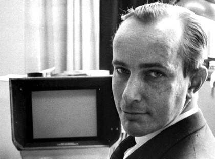 Nils Petter Sundgren klipper Filmkrönikan 1963. Foto: Ronny Karlsson