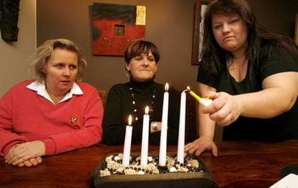 VILL HA RESPEKT FÖR MÄNNISKOLIV. Irene Cardell, Marita Andersson och Lillemor Johansen menar att det inte är hämnd som driver dem att kräva hårdare straff för sina döttrars mördare utan respekt för människoliv. Foto: Jan Wiriden