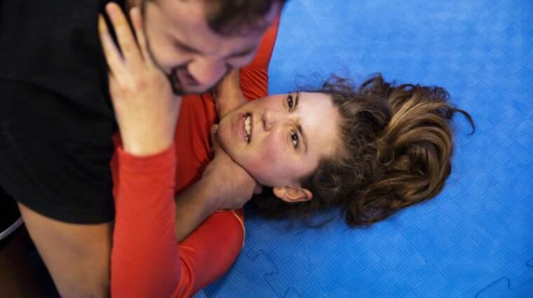 """Mika Troell, 16 år, har valt att gå en kurs i självförsvar. """"Jag har blivit förföljd flera gånger. När du väl inser att det inte alls är en slump att han går precis samma väg som du, så är du ensam i din situation. Det är en trygghet för mig att få lära mig hur jag ska agera om något händer"""". Foto: Lisa Mattisson"""