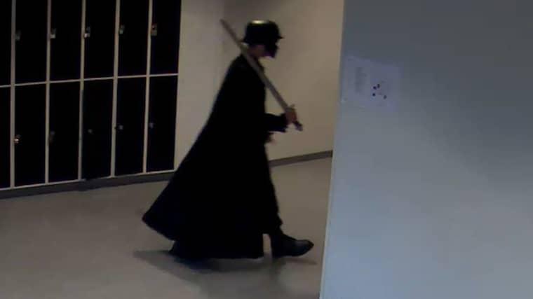 Här går Anton, 21, runt i skolan med svärdet. Foto: Polisen