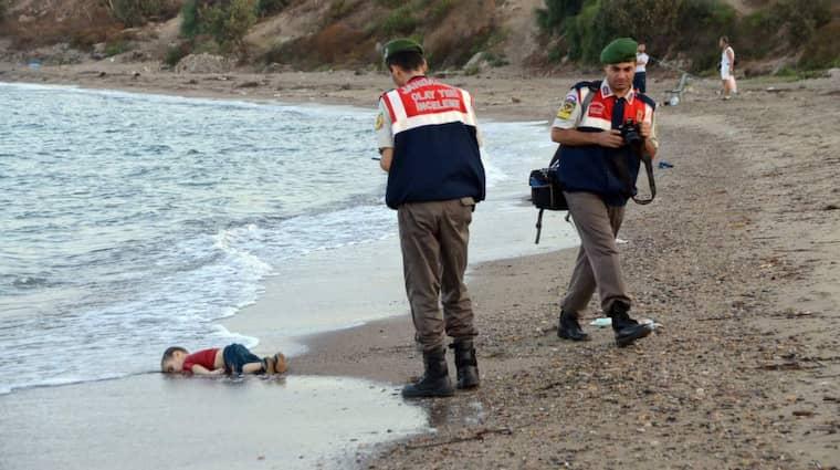Aylan Kurdis kropp flöt i land på stranden vid turkiska Bodrum. Bilder på den döde treåringen spreds via sociala medier över hela världen och väckte kraftiga reaktioner. Foto: Dogan News Agency / Epa / Tt