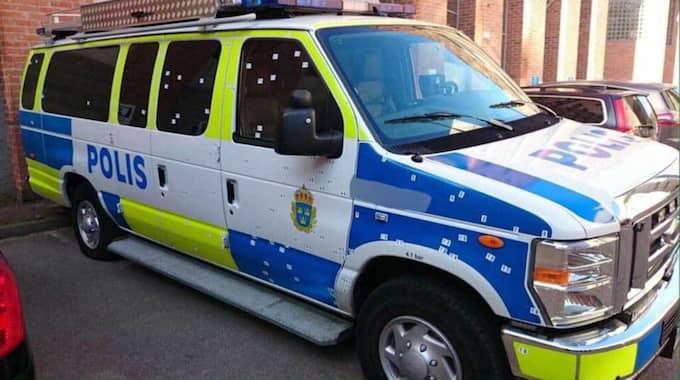 På onsdagen frikändes en 18-årig man för den uppmärksammade handgranatsattacken mot en polisbuss i Stockholmsförorten Tumba. Foto: Läsarbild