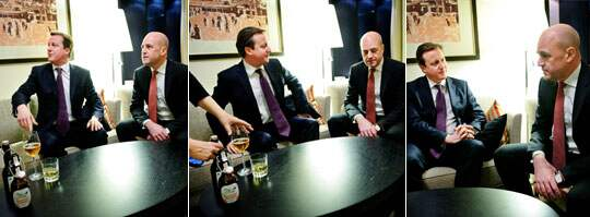 Cameron vill inte ha öl på bordet på Expressens bild så personalen får plocka undan glas och flaskor och samtalet med Fredrik Reinfeldt kan fortsätta.