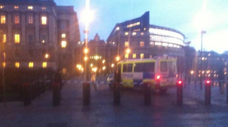 Polis tog en man med tändvätska vid riksdagen i Stockholm. Foto: Anders Hovne