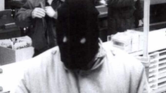 Den 9 december 1993 rånades två banker i Hörby. Under flykten sköt en av rånarna med automatvapen mot en bil och Emil Rittbo dödades.