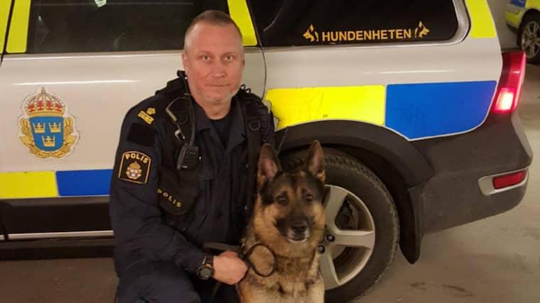 Jens Ohlson med hundhjälten. Foto: Polisen