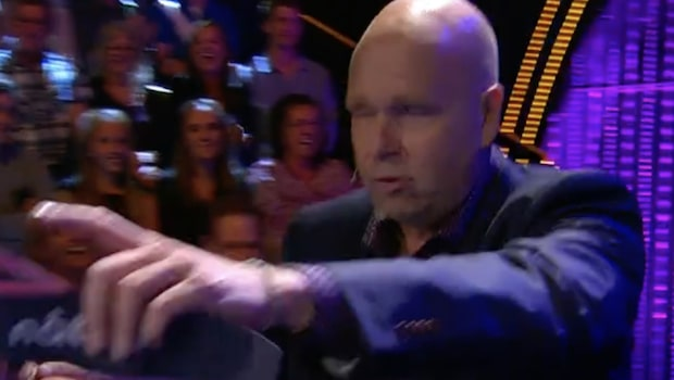 """Här läxar Lasse Kronér upp en kvinna i publiken i """"Doobidoo"""": """"Lämna lokalen"""""""