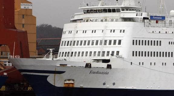 """Dödsfälla. När Strömsundsfärjan Fantaasia inspekterades, hittade man 18 säkerhetsbrister. """"Slår den på sidan eller går på grund då sjunker den"""", säger fartygsinspektör Håkan Ågård. Foto: Jan Wiridén"""