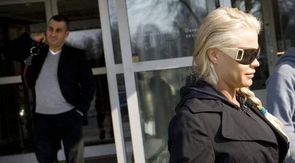 Bröstet sprack. När Linda Rosing skulle operera om sina bröst visade det sig att hennes tidigare implantat hade spruckit. Här lämnar hon kliniken med pojkvännen Fadde Darwich (till vänster). Foto: Stefan Söderström