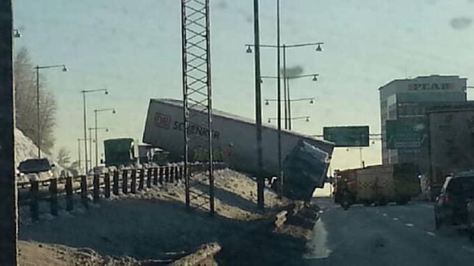 Lastbilsolyckan orsakar störningar i trafiken på E6 nära Liseberg. Foto: Läsarbild