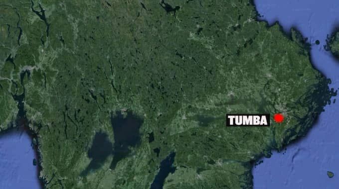 Det var i Tumba i Stockholm som någon eller några kastade en handgranat mot en polisbuss.