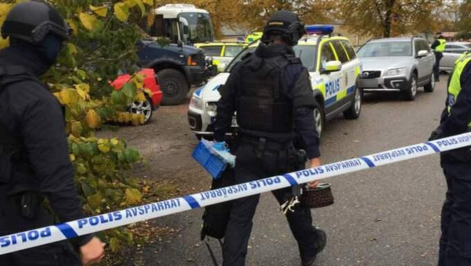 Polisen kom ut från bostaden med ett antal väskor. Foto: Jonathan Berntsson