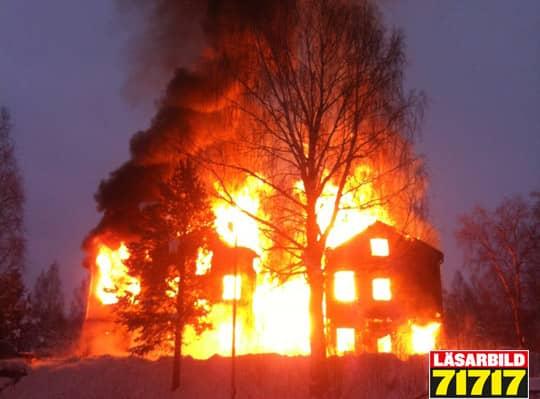 """En kraftig brand bröt ut vid lunchtid i centrala Älvsbyn i Norrbotten. Rök strömmade ut över samhället och ett """"Viktigt meddelande för allmänheten"""", VMA, skickades ut för att folk skulle hålla sig undan den kraftiga rökutvecklingen."""