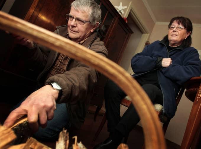 """RÄKNING PÅ 12 000. Thomas Eriksson, 67 i Rämshyttan bor tillsammans med sin hustru i en villa. De tvingas nu stänga av elen i flera rum. """"Vi hade 14 grader i sovrummet när vi vaknade i morse. Och eftersom vi är två pensionärer har vi väldigt svårt att betala elräkningen och tvingas stänga av elen i flera rum. Vi kan bara sätta på den när barnbarnen kommer."""" """"Senaste elräkningen var på 12 000 kronor. Det är tungt när man är pensionär. Det måste till en förändring på elmarknaden, det här fungerar inte"""", säger Thomas Eriksson. Foto: Henrik Hansson"""